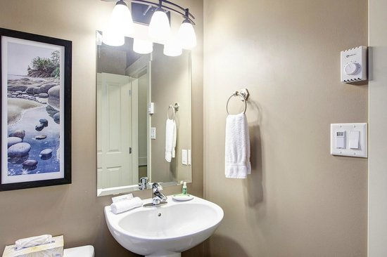 Sooke Harbour Resort and Marina: Bathroom