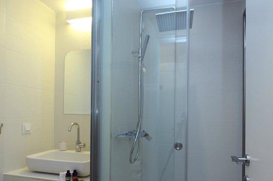 Hotel Metropolis: STANDARD ROOM BATHROOM