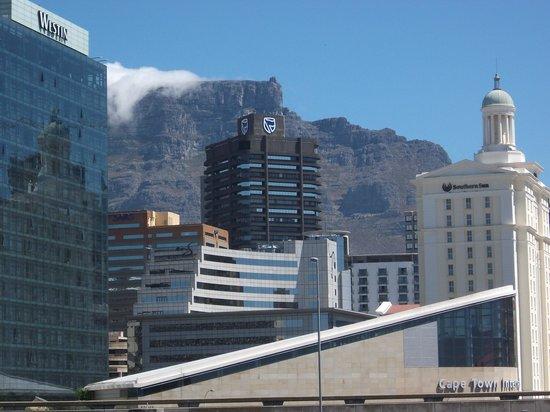AHA Harbour Bridge Hotel & Suites:                   Ausblick von Balkon Richtung Tafelberg