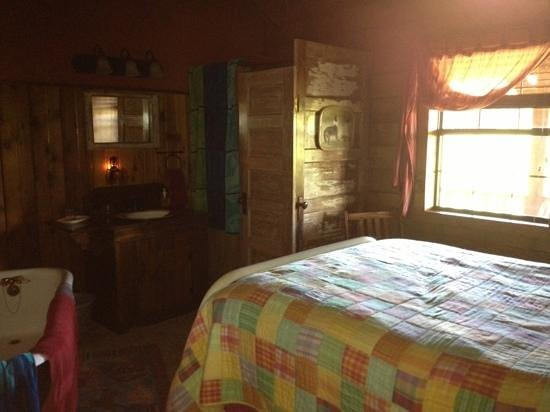 Hideaway Meadows B & B:                   pic of another guest room