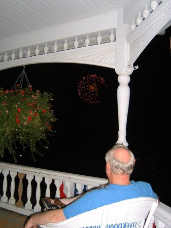 Historic Hutchinson House B&B: 4th of July, right from the porch.