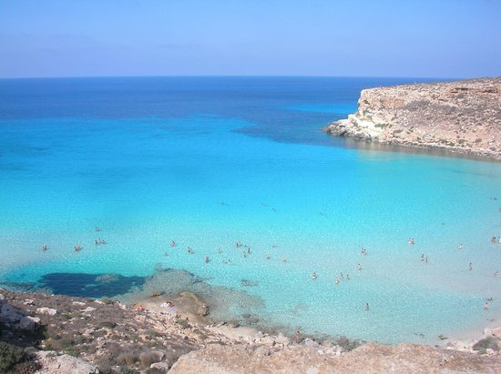 Spiaggia dei Conigli:                   sabbia e trasparenze blu