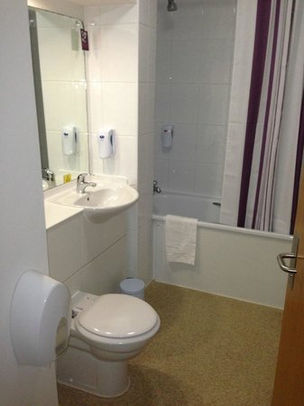 Premier Inn London Kensington (Olympia) Hotel:                   Clean bathroom