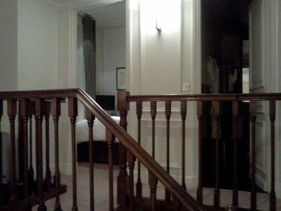 Hotel de la Tremoille:                   寝室およびバスルームへつながる小階段