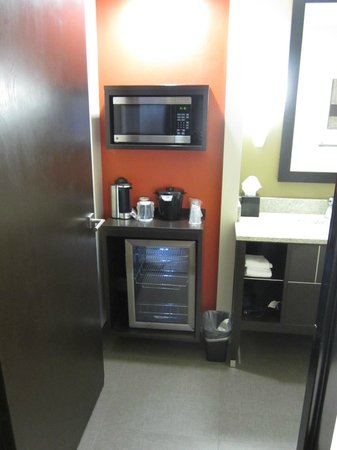 Sabal Hotel Orlando West:                   Microwave and refrigerator in bathroom