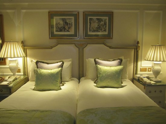 Four Seasons Hotel George V Paris:                   Twin beds, extremely comfortable beds.
