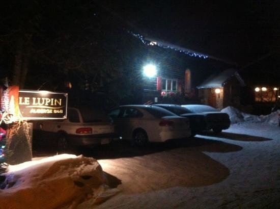 Auberge Le Lupin B&B :                   a snowy night outside.