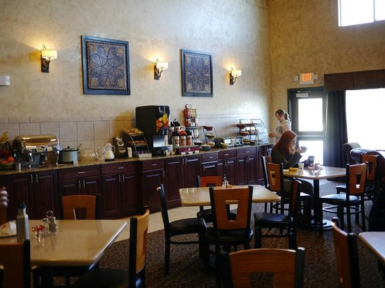 La Quinta Inn & Suites Ely :                   The breakfast is well done and the dining room is very nice.