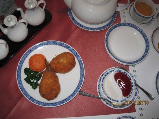 Chineserestaurant Togen Hotel Okura Yokohama:                                     One of the dishes in a course menu, fried prawns