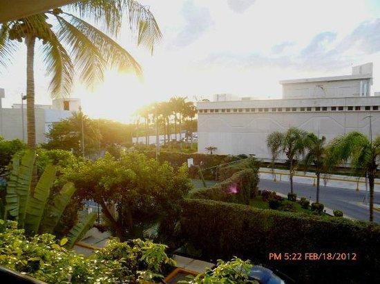 Occidental Tucancun:                   vista a la avenida desde el lobby bar