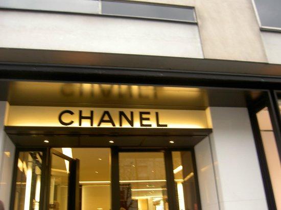 Avenue Montaigne :                   Chanel