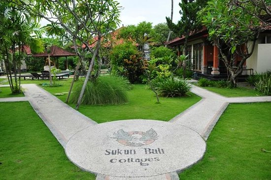 Sukun Bali Cottages: tropical lush garden