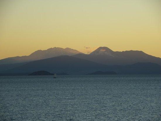 Twin Peaks Lakeside Inn:                   Sunset over Lake Taupo