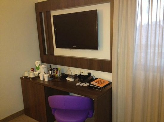 Four Points by Sheraton Curitiba:                                     Work area in room