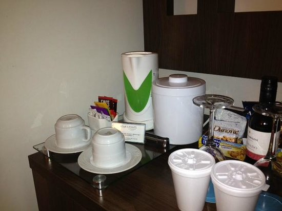 Four Points by Sheraton Curitiba:                                     Kettle with free coffee and tea