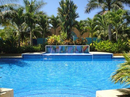 Alma del Pacifico Beach Hotel & Spa:                   Pools were empty with plenty of shade