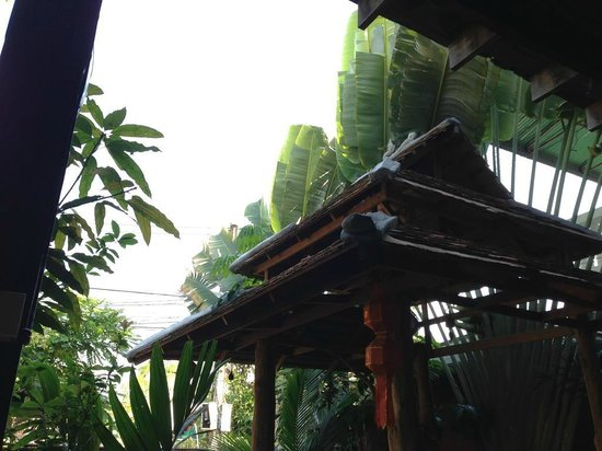 BaanBooLOo Traditional Thai Guest House:                   入口近くの共用スペース