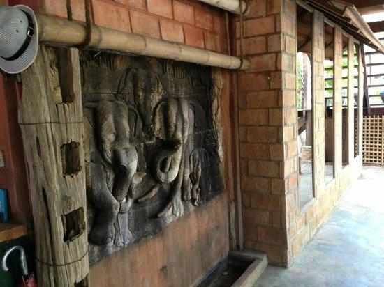 BaanBooLOo:                   タイらしい雰囲気の食堂周辺