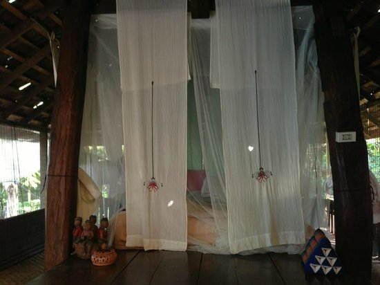 BaanBooLOo Traditional Thai Guest House:                   蚊帳付きのお洒落なベッドは快適でした。
