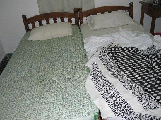 Melodious Waves:                   кровати и белье желто-грязного цвета