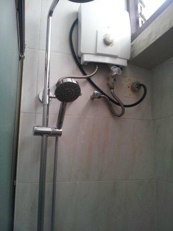 أسوكي ريزيدنس سوكومفت:                   Dated old shower, slatted windows                 
