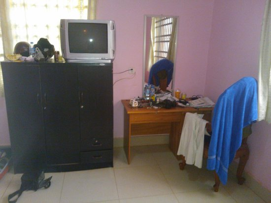 Prak Dara Guest House:                                     desk and TV