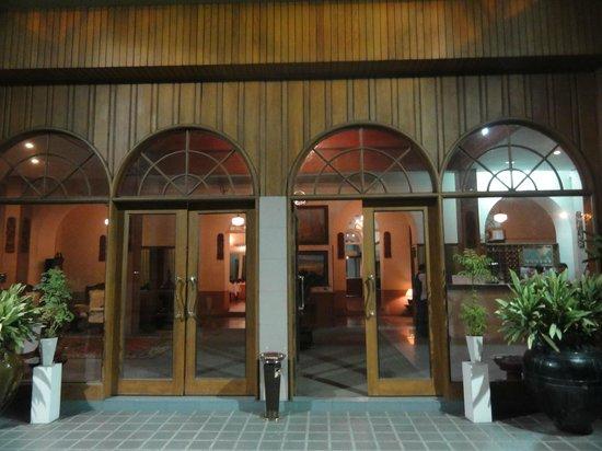 Yuzana Garden Hotel:                   エントランス