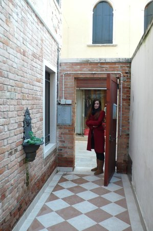 Casanova ai Tolentini:                   View from second entrance door onto the alleyway