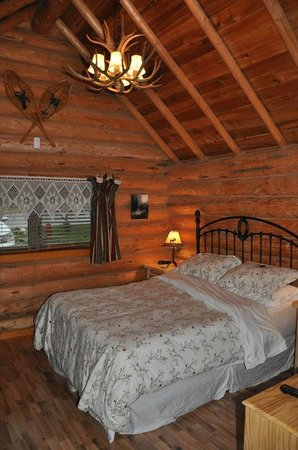 Banff Log Cabin B&B:                   Bedroom