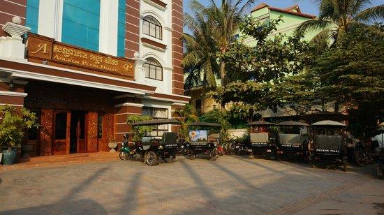 Angkor Pearl Hotel:                   Hotel front