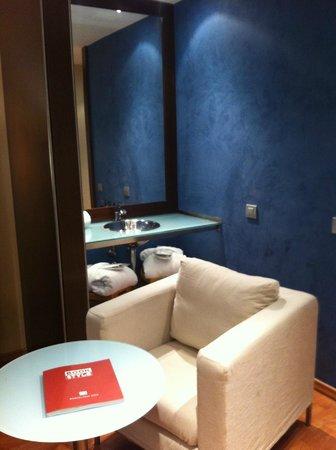 Hotel Acta Atrium Palace: lavabo dans la chambre