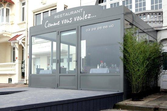 Dunkirk, Frankrike: Façade du restaurant avant terrasse estivale