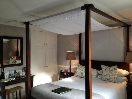 Leighton Townhouse:                   Four poster bed