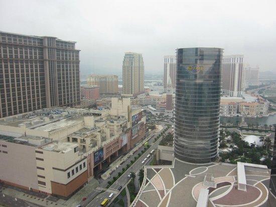 Grand Hyatt Macau:                   部屋からコタイストリップ方面が見えます