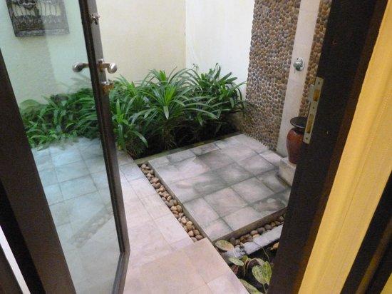 Bhu Nga Thani Resort and Spa:                   Outside shower