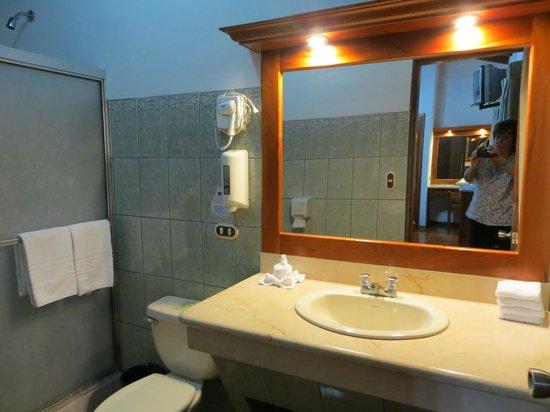 Arenal Paraiso Hotel Resort & Spa: salle d'eau