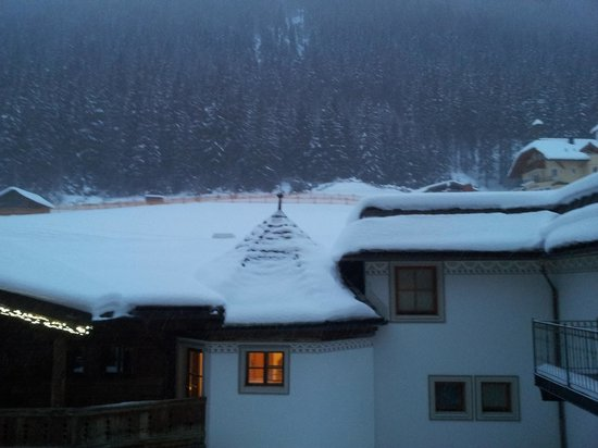 Hotel Trofana Royal :                   Wake up early for a days a skiing and a view from the balcony.