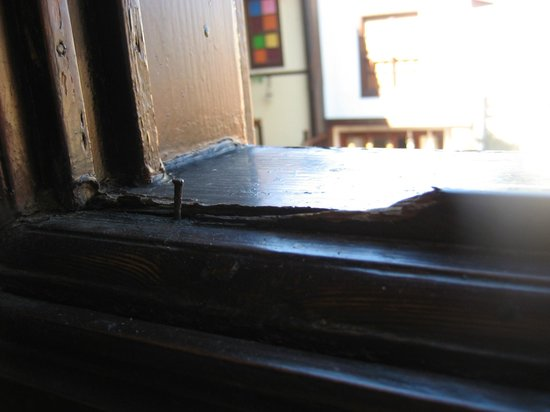 Alp Pasa Hotel:                   Nagel im Fensterrahmen