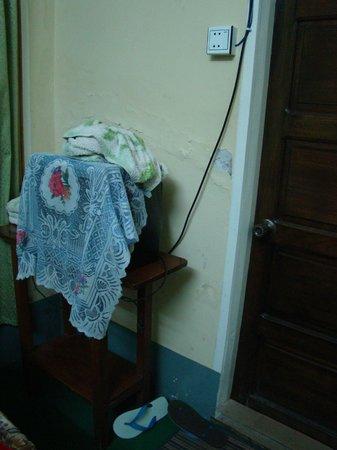 Eastern Paradise Hotel :                   Bedroom - TV, towels, hotel-flip flops