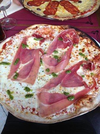 Le Pinocchio :                   pizza italienne très copieuse avec pâte fine