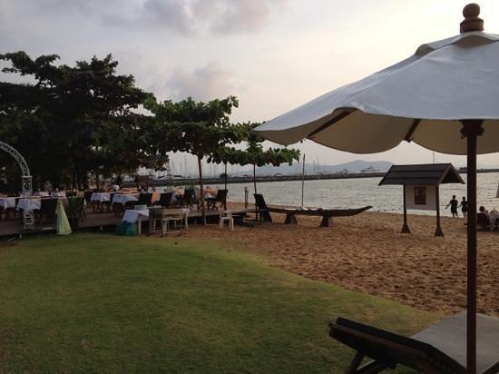 Dor-Shada Resort by The Sea :                   пляж и ресторан