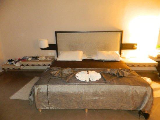 Hotel Riu Tikida Palmeraie:                   Huge Double Bed (Plus Maid's Towel Art)