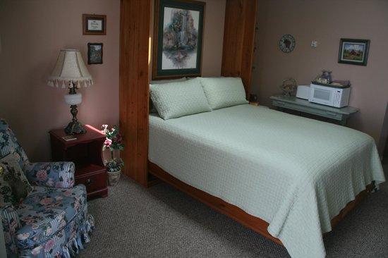 Grandma's Cottage:                   Das Bett mit Oberlicht. Lou hatte zur Begrüßung Muffins gebacken...