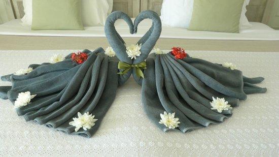Devasom Hua Hin Resort:                   prachtig hart, gemaakt door het personeel vanwege onze honeymoon