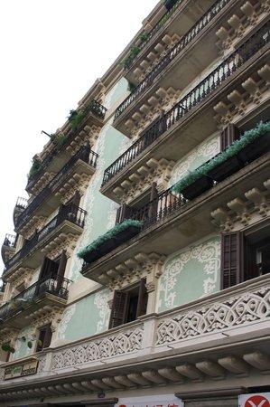 Hostal Central Barcelona:                   La fachada.