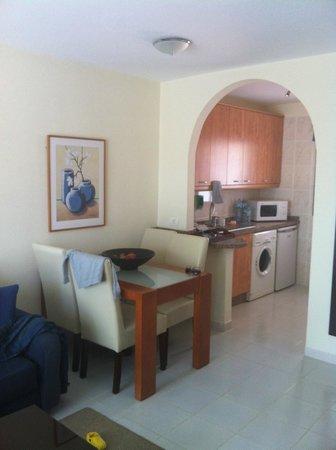 CLC Sunningdale Village:                   cucina-salotto