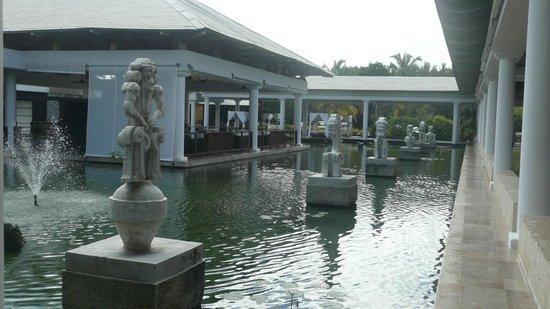 Catalonia Bavaro Beach, Casino & Golf Resort : Bassins et statues