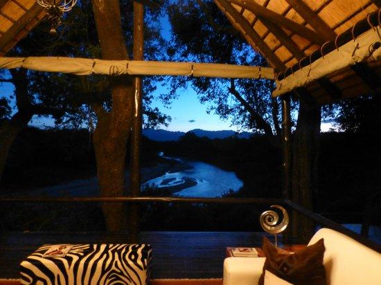 Kuname Lodge:                   Vor der Pirschfahrt,morgens um 5.30 Uhr