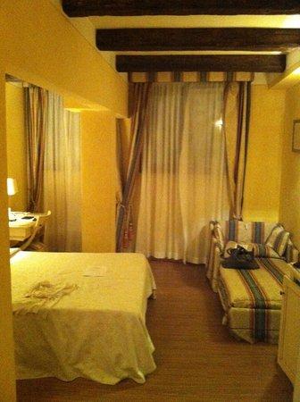 Hotel Porta San Mamolo:                   letto tra le colonne