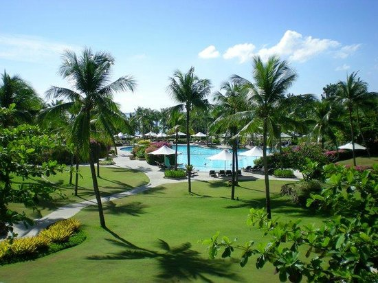 Shangri-La's Mactan Resort & Spa:                   Outside area near the swimming pool..
